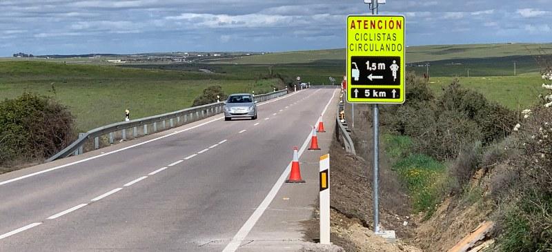 Sistema Active Cyclist Detection instalado en una carretera.