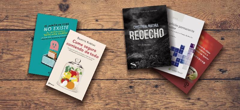Mockup de los cinco títulos de los profesores sobre una mesa