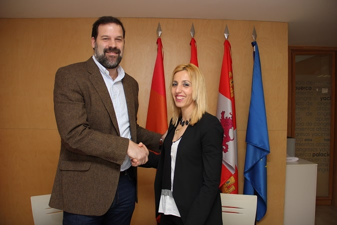 La vicerrectora de la Universidad, Olaia Abadía García de Vicuña, y el presidente de la ABP, Alfonso Reyes, en la firma del acuerdo.