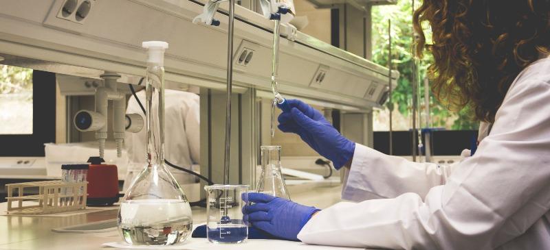 Científica en los laboratorios de la Universidad Isabel I