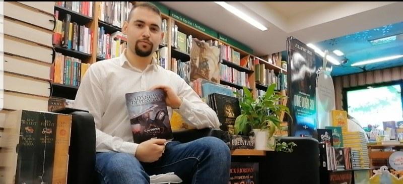 Alumno que escribe un libro, Carlos Manuel Álvarez Santos.