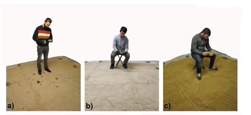 Tres de los investigadores del estudio tallando un bifaz.