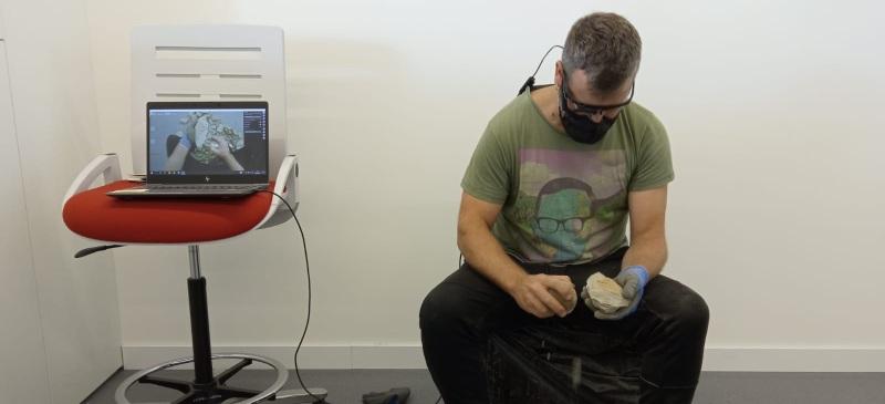 Marcos Terradillos tallando una piedra de sílex para crear un bifaz