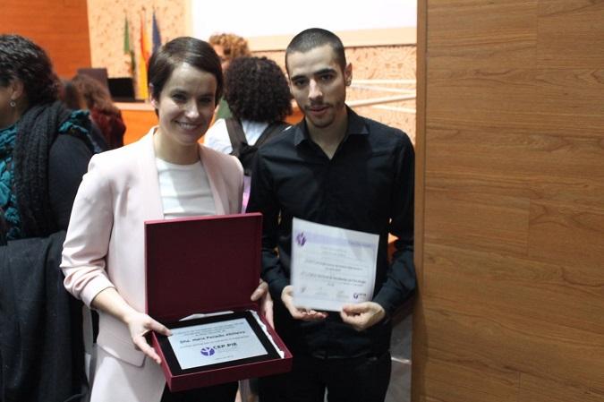 María Penado con su premio a la mejora docente de Psicología