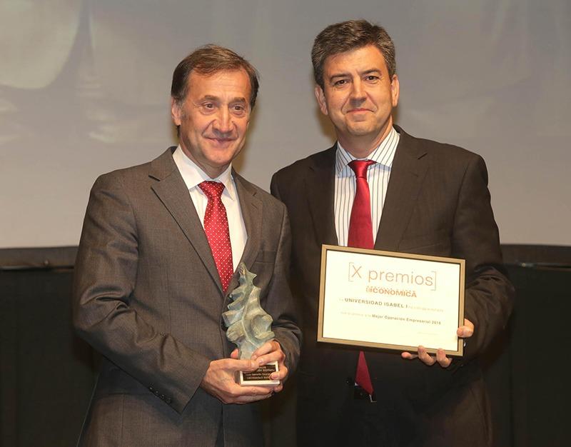 el rector de la Universidad Isabel I, Alberto Gómez Barahona (i), recibe el premio de manos de Miguel Ángel García, director territorial de Vodafone en Castilla y León (d)