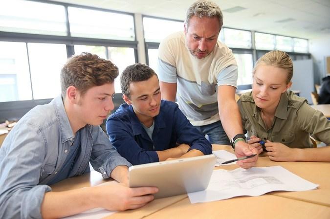 Un profesor dando clases a sus alumnos de Secundaria
