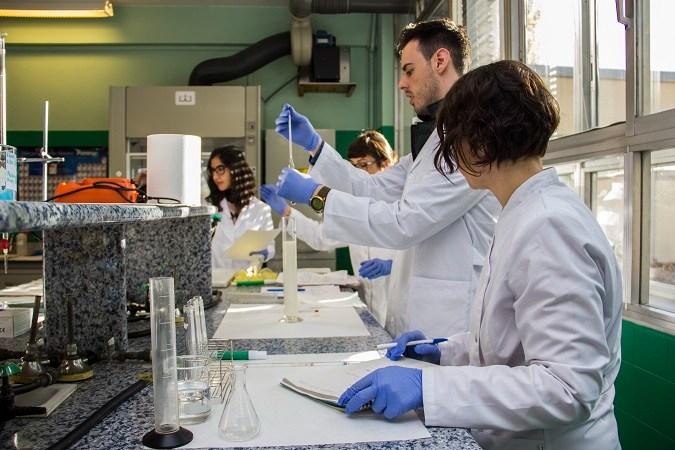 Alumnos del Grado en Nutrición participan en prácticas en el laboratorio