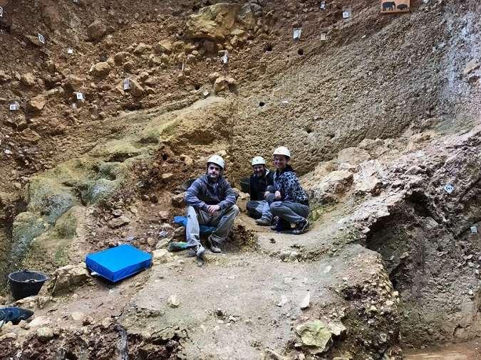 Diego Arceredillo (izquierda), Marcos Terradillos y Laura Rodríguez, en las excavaciones de la Sierra de Atapuerca
