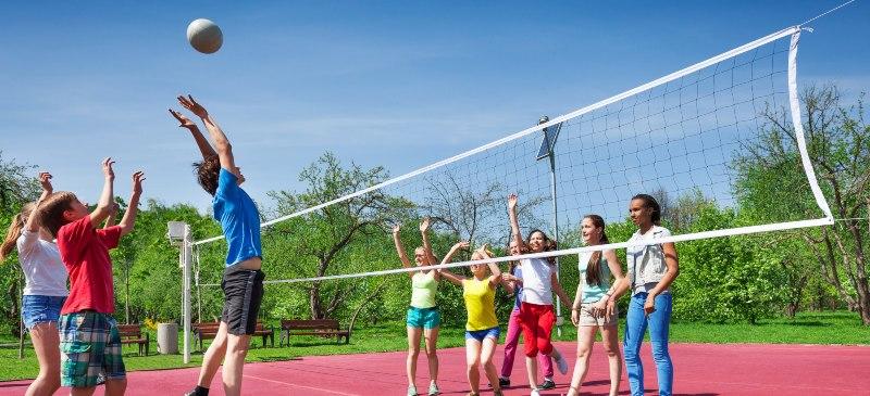 Grupo de alumnos de Secundaria jugando al voleibol.