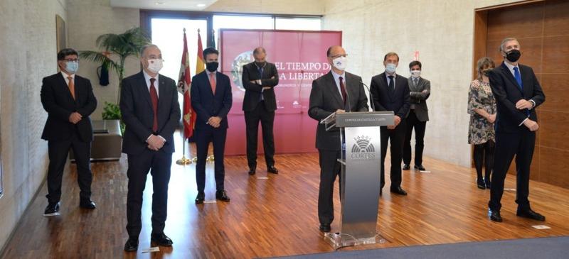 el rector de la Universidad Isabel I con otros 5 rectores regionales en las Cortes de Castilla y León