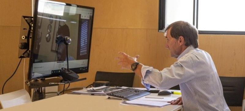 El rector de la Universidad Isabel I en su despacho con una conferencia online