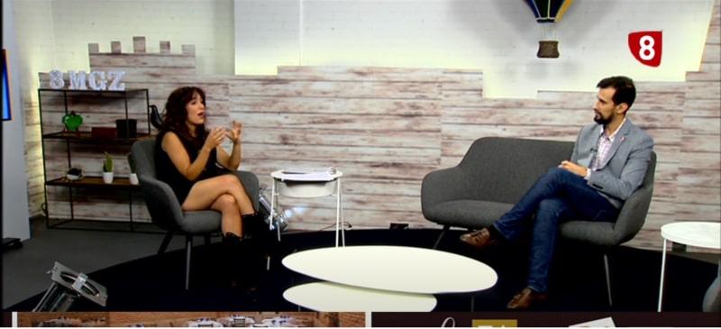 entrevista en el plató de televisión del magazine de la 8 burgos con Víctor Rodríguez y Eneka Moreno