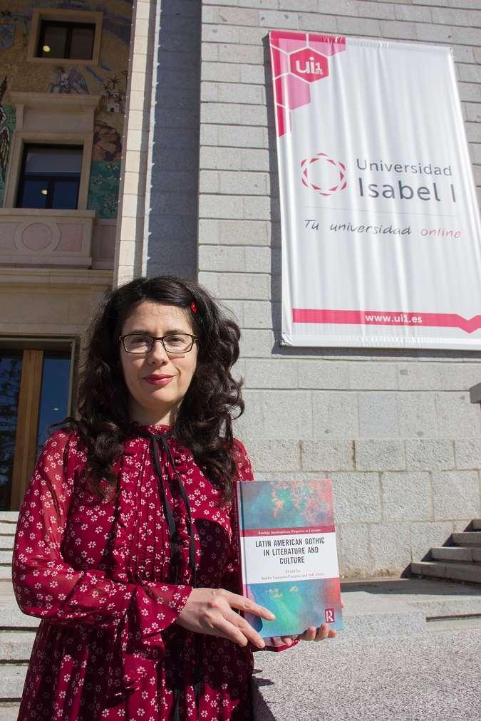 Rosa María Díez Cobo con el volumen en el que participa