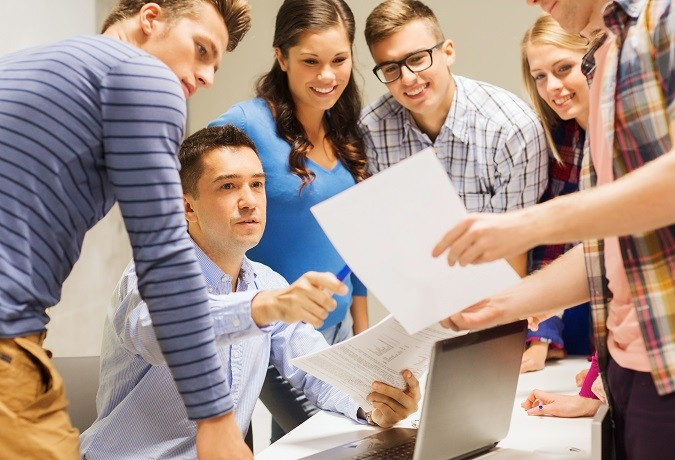Un profesor dando clasde a sus alumnos de Secundaria