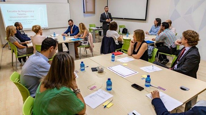 Jorge R. Mujico (de pie), vicerrector de Investigación de la Universidad Isabel I, durante el taller de la Escuela de Negocios y Talento