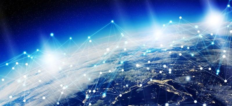 Imagen desde el espacio de la tierra con una visualización ideada de cómo es el tráfico de las redes sociales en el planeta